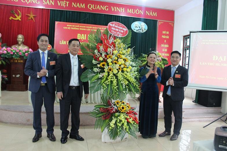 Lãnh đạo Đảng ủy khối Doanh nghiệp Quận tặng hoa chúc mừng Đại hội
